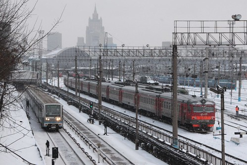 Moscow Metro train paralleling the mainline railway outside Киевский вокзал (Kievskiy vokzal)