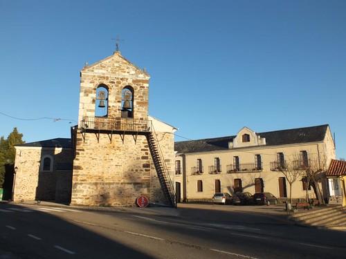 Viejo Camino,Riello, iglesia y antiguo comercio de la Viuda.