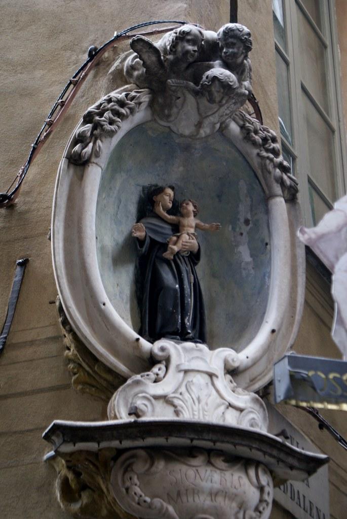 Au coin d'une rue dans le Vieux Gênes.