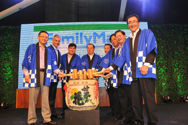 FamilyMart Executives and VIP Guests perform the Kagami Biraki, a traditional Japanese ceremony. From left to right: Isamu Nakayama (President, FamilyMart Japan), Fernando Zobel de Ayala (Chairman, Ayala Land), Anton Huang (President,  Philippine FamilyMa