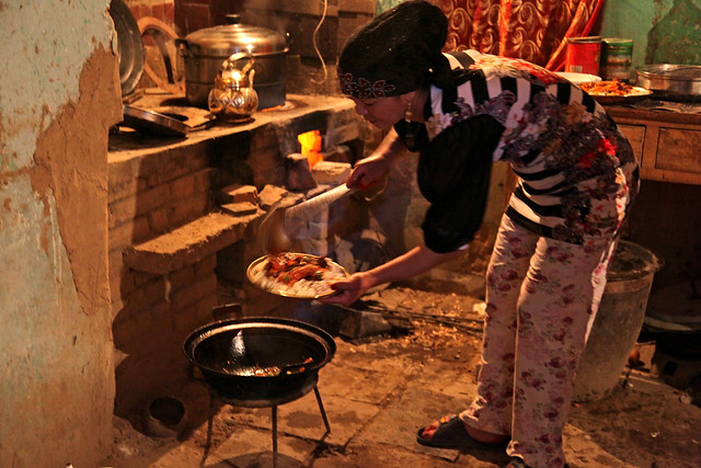Cooking dinner in the kitchen, Shanshan (Piqan) County ルクチュン、夕食を作る女性