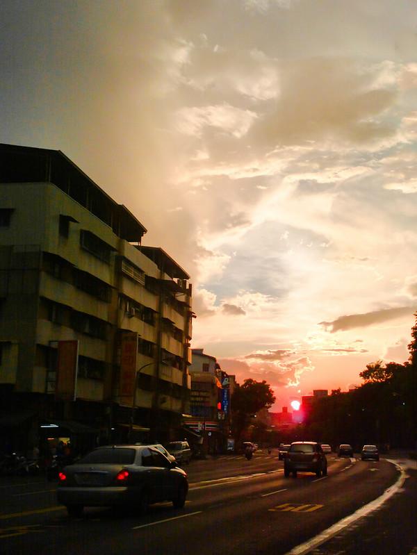 當時肉眼看到的太陽是飽和度很高的橘紅色