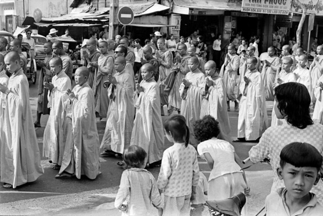 (9:00 AM June 11, 1963) CHANTING ENDS, AND THE PROCESSION MOVES TOWARD THE XA LOI PAGODA