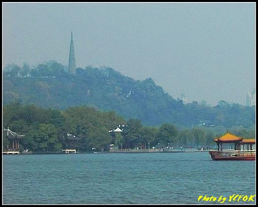 杭州 西湖 (其他景點) - 388 (從西湖 湖心亭上看孤山與平湖秋月及湖上的遊覽船 背景是杭州地標 保淑塔)