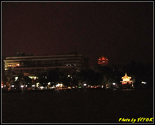 杭州 西湖 (其他景點) - 320 (在西湖十景之 柳浪聞鶯 (近古湧金門) 看西湖湖濱路及西湖畔夜景 右上角是城隍閣)