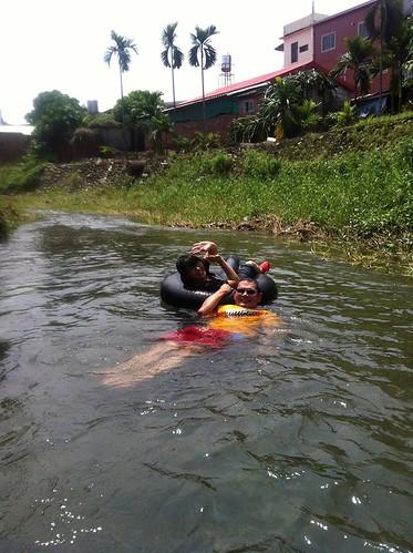 遊客漂浮清涼的溪裡,露出幸福的表情