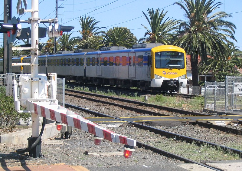 Connex train approaching Bentleigh, February 2007
