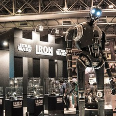 Are you lookin' at me?  #starwars #rogueone #K-2SO #ccxptour #ccxp #ccxptournordeste #collectibles #comiccon #Recife #Pernambuco #Brazil #pernambucoemfoco #robots #vsco #vscobrasil #vscocam #vscocambrasil