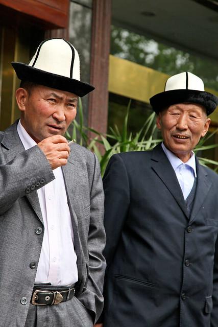 Kyrgyz men wearing their ethnic felt hats, Urumqi ウルムチ、キルギス族の男性