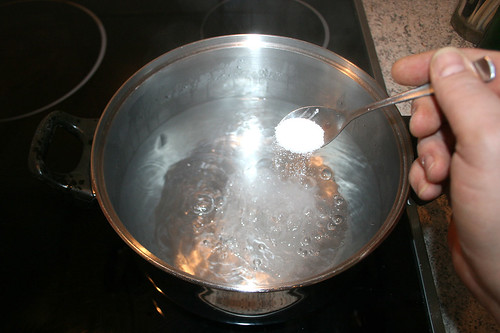 30 - Kochendes Wasser salzen / Salt boiling water