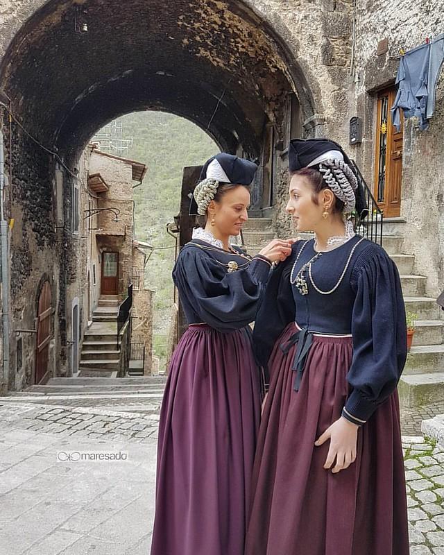 Oggi pomeriggio si è  conclusa la XI edizione di Vivi il Costume a Scanno. ◇ 🔷 ◇ 🌍Location   IT Abruzzo Scanno  ◇ 🔷 ◇ ♾ ____________☆__________