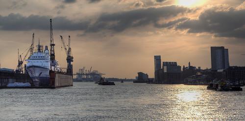 Kurzes Aufleuchten im Hamburger Hafen · Short light up in the harbour of Hamburg