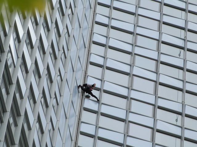 L'Homme Araignée escalade la tour First de La Défense