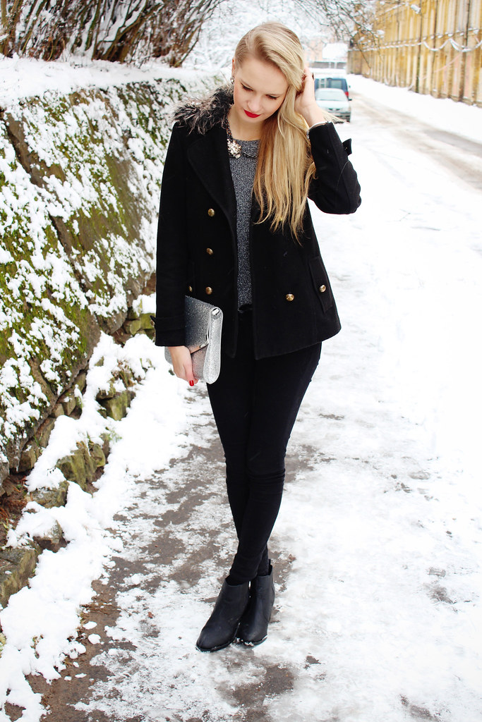 Winter wonderland outfit on my blog, I am wearing a grey shiny H&M sweater, super skinny stretchy H&M pants, Primark coat with fur collar, chelsea booties, rings and tings jewelry review, blonde girl wearing red lipstick