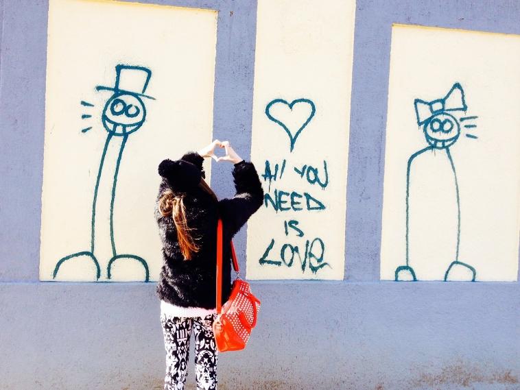 lara-vazquez-madlula-blog-winter-2012.red-bag-white-black-pants