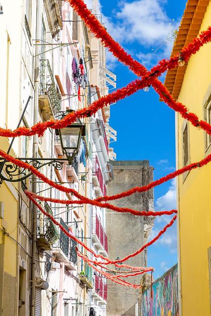 Bunte Girlanden zwischen Häusern in Lissabon