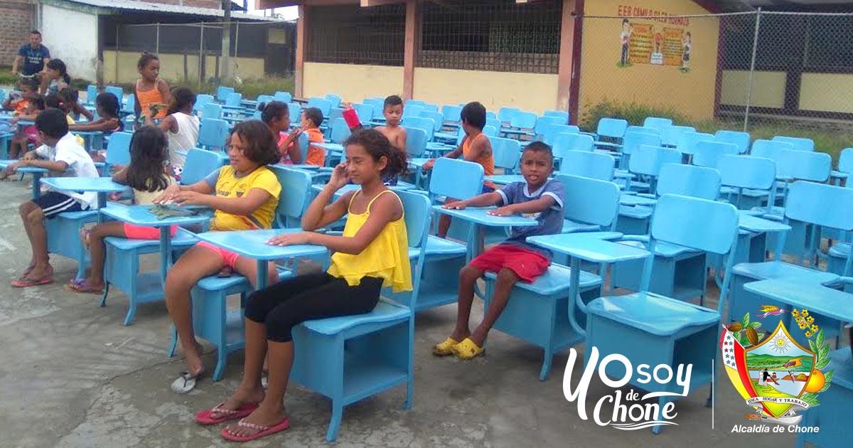 Alcaldía de Chone entregó 97 pupitres a institución educativa