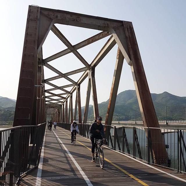 北漢江鐵橋,也是兩水鐵道自行車道最有名的路段,知名韓劇拍攝景點 : 天使之眼、Doctors