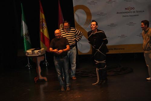 Ismael Montoro durante un truco de escapismo en el que sacó como voluntarios a tres profesores que se encontraban entre el público