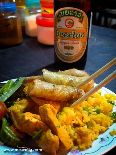 Plat variat de menjar de Laos i cervesa a Luang Prabang