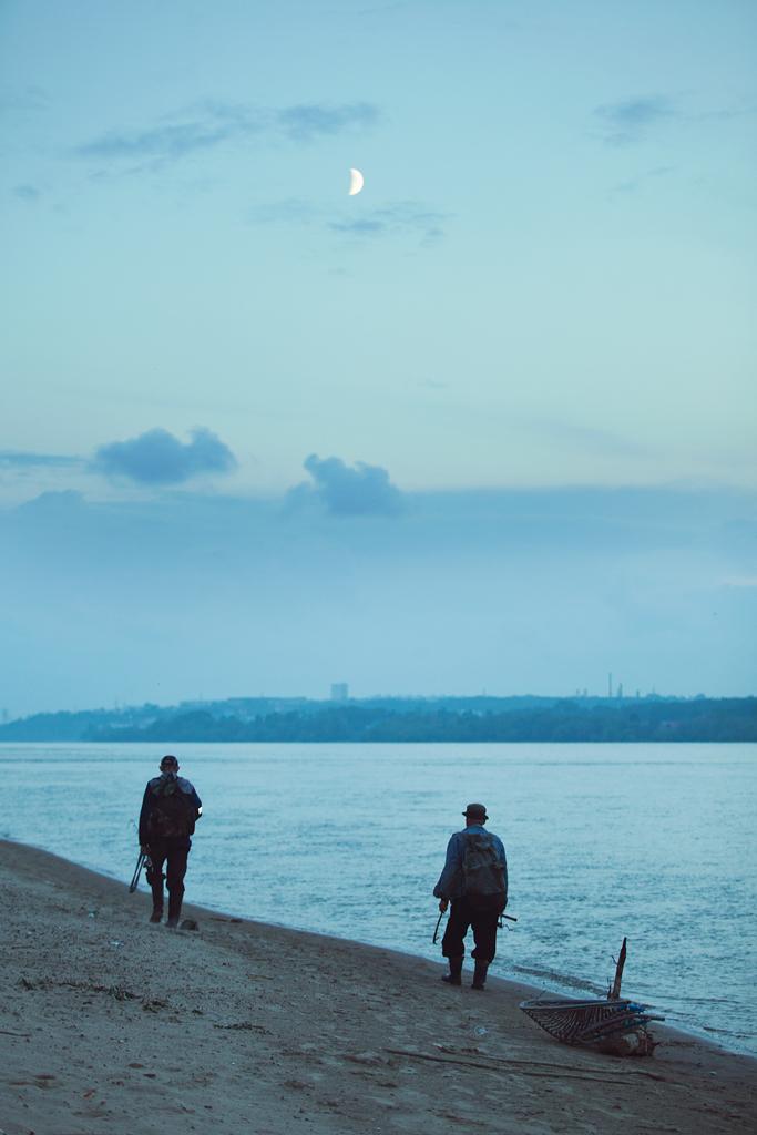 Фотосессия девушки на реке, фотосессия при закате, фото с луной, фотосеграф Новосибирск