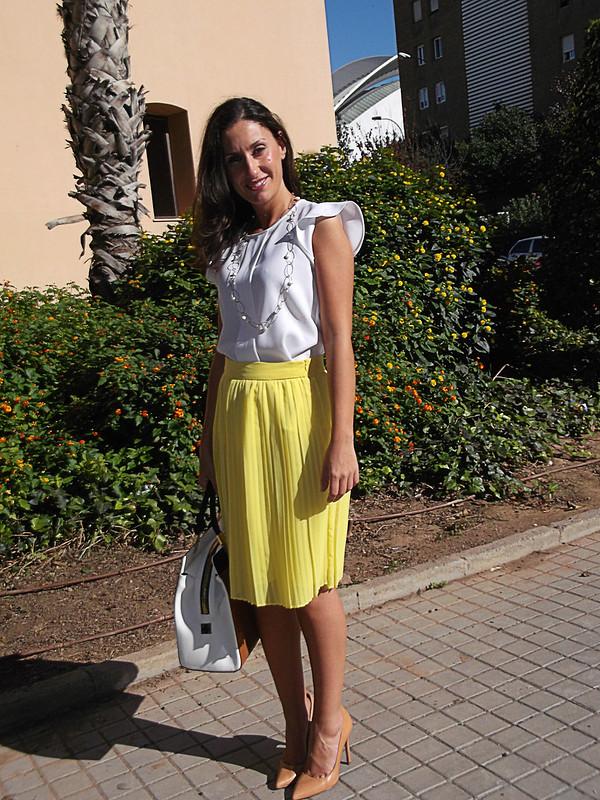 falda amarilla, plisados, blusa blanca, stilettos, maquillaje, bolso, collar de plata y perlas, yellow skirt, pleating, white blouse, makeup stilettos, bag, silver and pearl oval necklace, mango, zara, tous