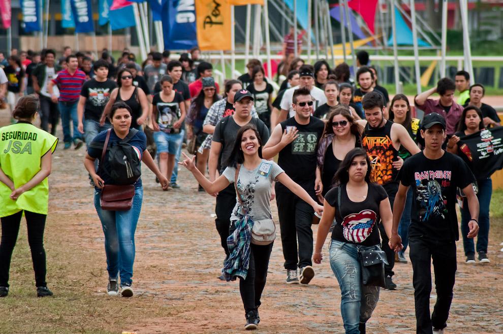 Desde tempranas horas de la tarde, las personas iban llegando al Jockey Club, para disfrutar de buena música. (Elton Núñez)