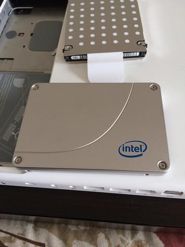 これがSSD表面。内蔵HDDに取り付けてあるHDDカバーをこいつの裏面に取り付ける。