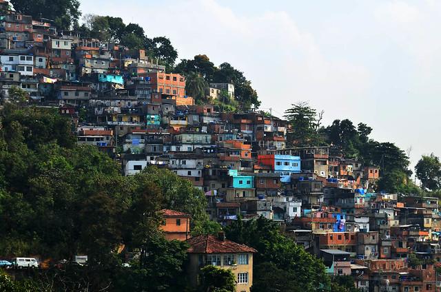 Colina llena de favelas en Rio de Janeiro