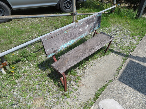 神埼駅通りのバス停のベンチ