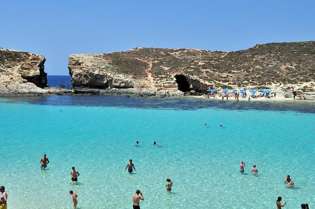 Cominotto, la islita pequeña en frente de Comino que cierra la laguna azul.