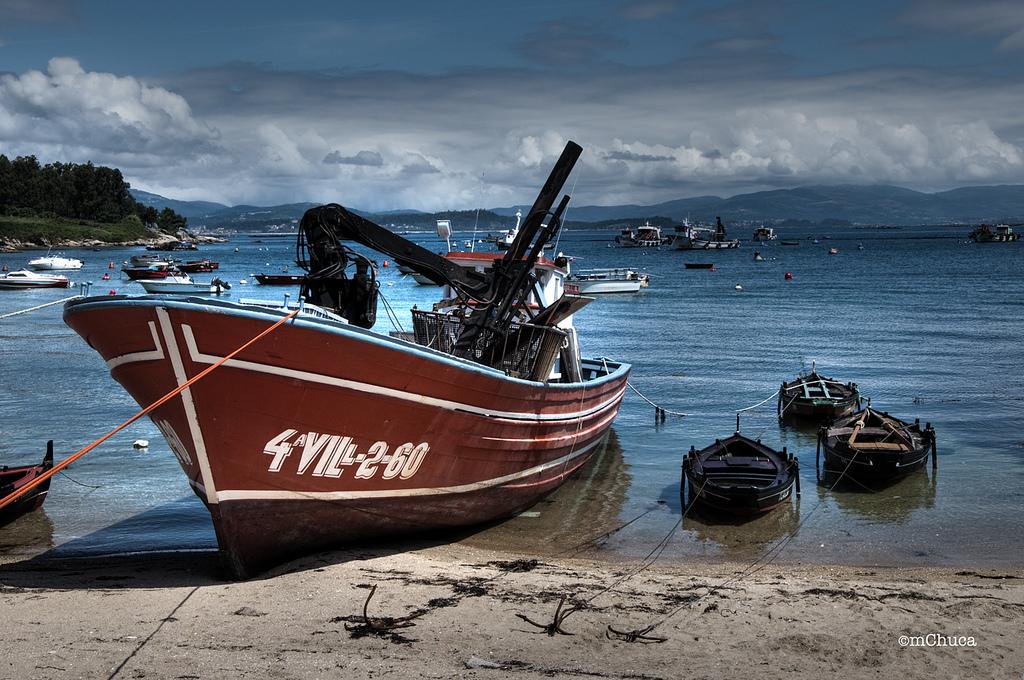 Barco varado en Illa de Arousa. Autor, Mchuca