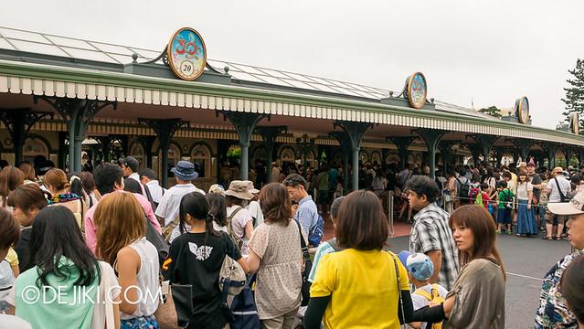 Tokyo Disneyland - Entrance - waiting in line