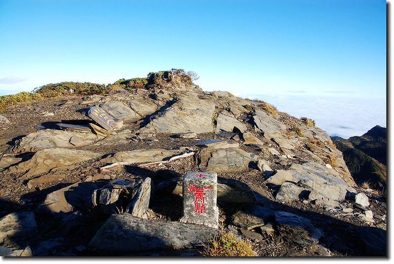 南湖大山一等三角點(Elev. 3742 m) 1
