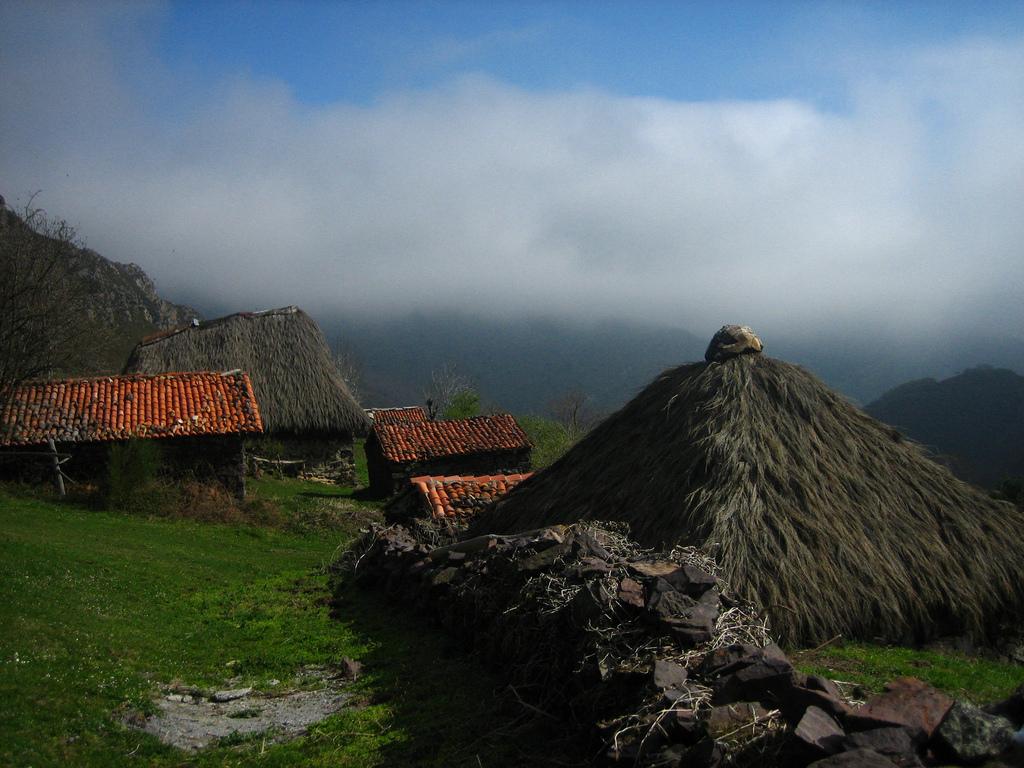 9. Cabañas pasiegas y nubes bajas de Somiedo. Autor, Nepuerto