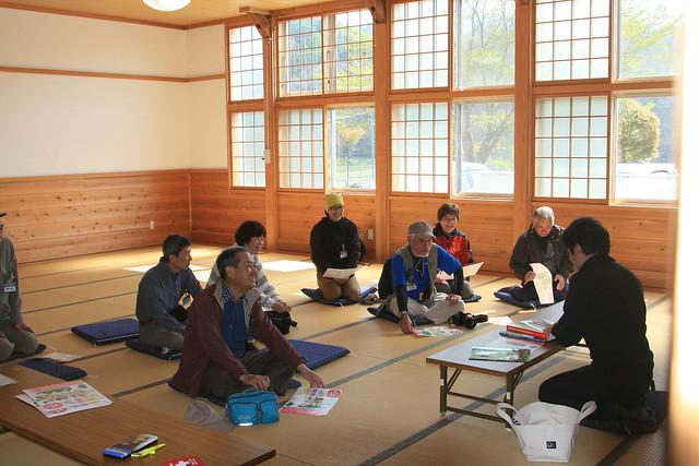 美和東文化センターで事前学習を行う.三輪地区のサクラソウの歴史を話す白川学芸員.