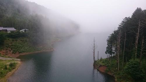 霧の立ち込めるダムもいいですね