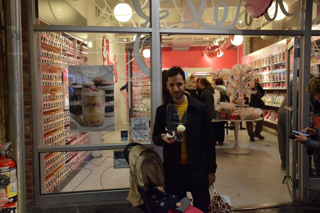 Con cupcakes de Oreo comprados en una de las tiendas del mercado.