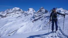 Podejście na przełęcz Coli de Punta Fuora 3108m. W oddali szczyt Gran Paradiso 4061m. Piotr.