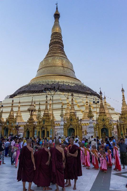 Pagoda Shwedagon během svátku Wesak