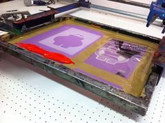 Le cadre est prêt, l'encre va être nappée pour alimenter le tissus avant le transfert