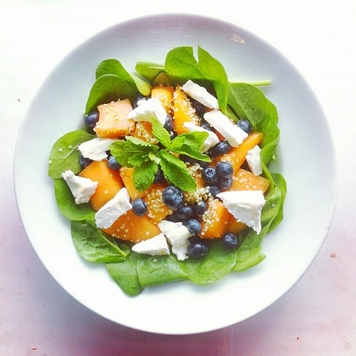 Still on fruits! Recipe n.6: spinach, melon, blueberries, goat cheese, hemp seeds, mint. #salad #veggie #vegetarian #cheese #melon #mint #blueberries