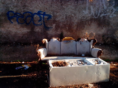 Un divano e un frigo nella via dei Cappuccini by Ylbert Durishti
