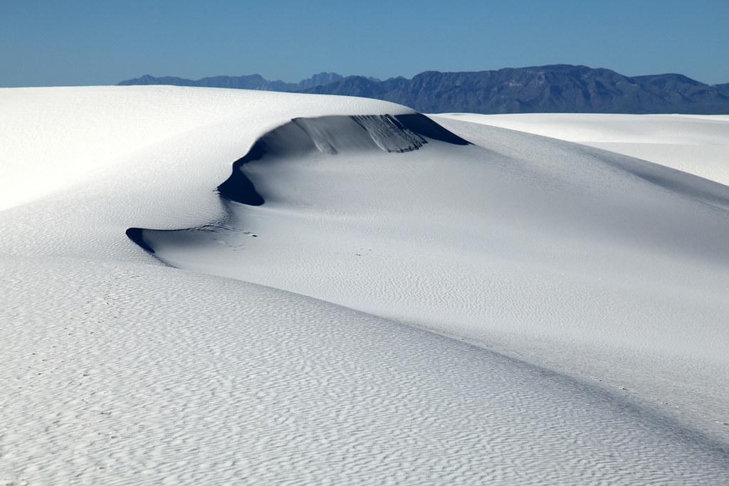 ホワイトサンズの真っ白な砂丘の風景