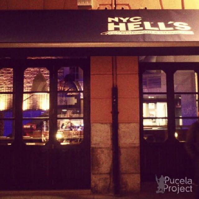 Nos encanta de noche la entrada del NYC Hells, nuevo restaurante neoyorkino frente a la Catedral #valladolid #hamburgers #citylights