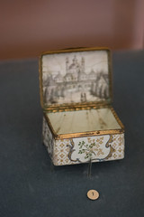 Hand-painted snuff box