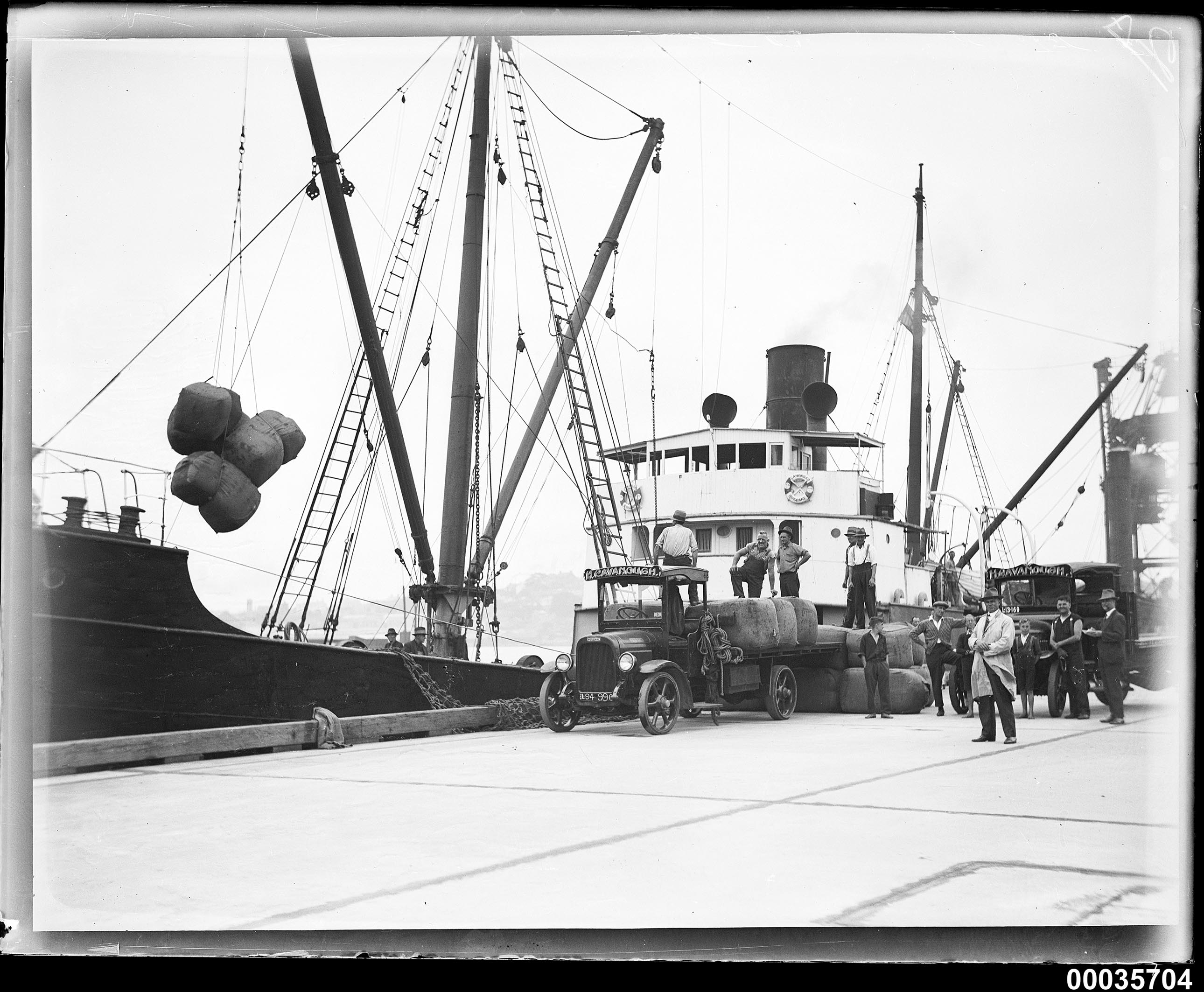 Unloading wool bales from SS CANONBAR, 1927-1940