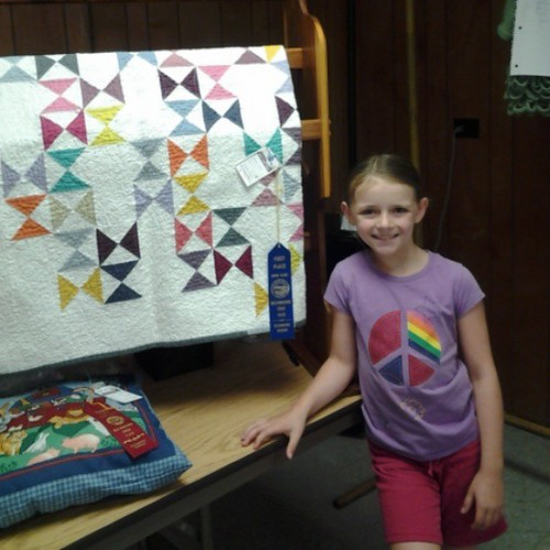 Emma with my 1st place quilt in our town fair :)