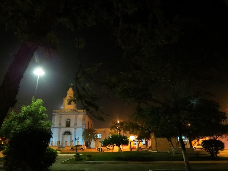 Praça central com vista da igreja católica do município ao fundo.