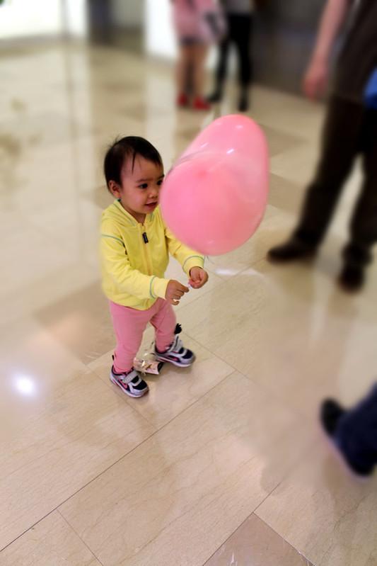 34-大遠百-得到汽球後跟希希說,妳看,這是帥帥哥哥給你的氣球喔,回家時問希希,這個氣球是誰的,希希答,哥哥的,帥帥,也愛可愛了吧